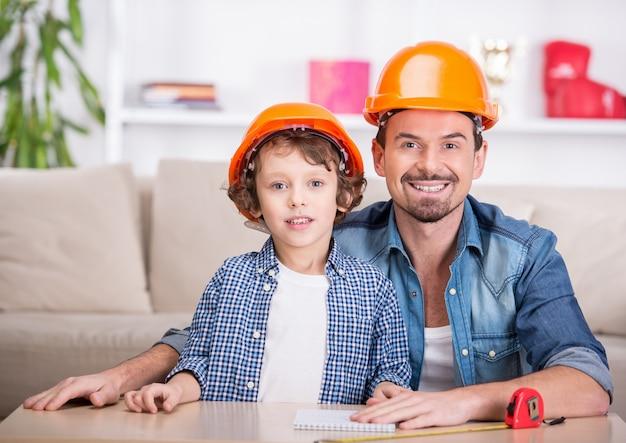 Jovem feliz pai ensina seu filho pequeno mexer.