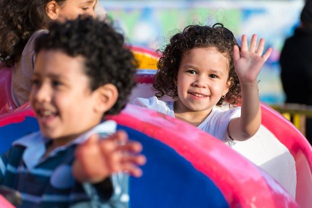 Jovem feliz se divertindo no parque de diversões