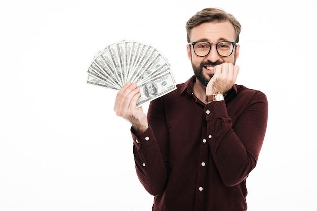 Jovem feliz segurando o dinheiro.