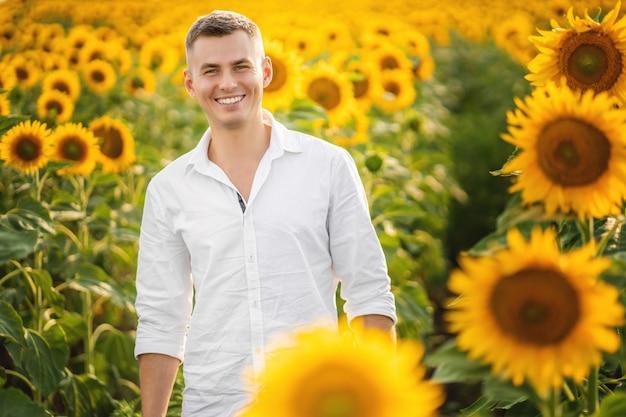 Jovem feliz sorrindo no campo de girassóis