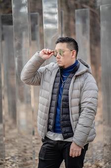 Jovem feliz viajando pela coreia