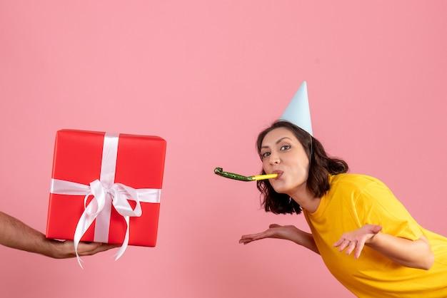 Jovem fêmea aceitando o presente do macho na rosa
