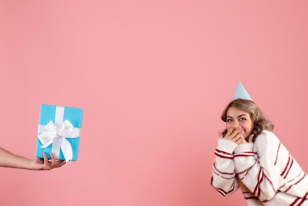 Jovem fêmea aceitando presente de macho em rosa