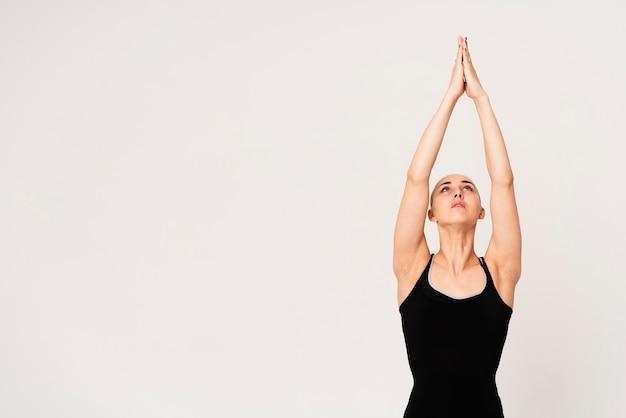 Jovem fêmea com as mãos unidas no ar