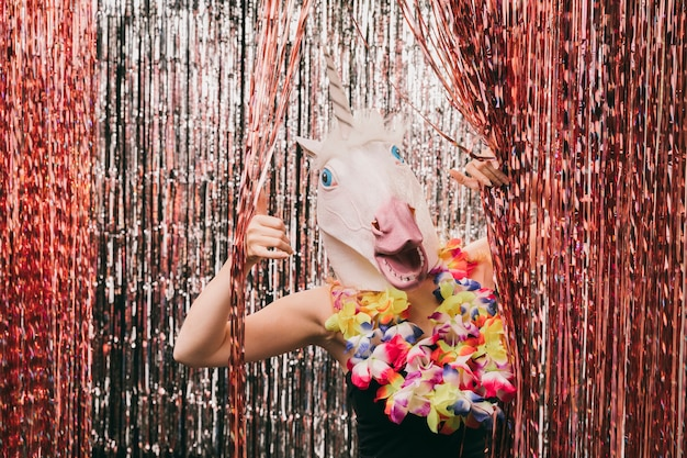Jovem fêmea com máscara de unicórnio