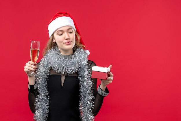 Jovem fêmea com presente comemorando na cor vermelha feriados natal