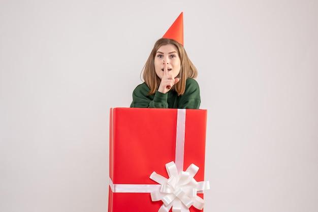 Jovem fêmea dentro de uma caixa vermelha de presente