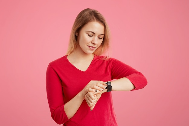 Jovem fêmea tem um olhar atraente, verifica o tempo em seu relógio, vem se encontrar mais cedo, ficando entediada em esperar. empresária se apressa no escritório, olha para o relógio de pulso, percebe que está atrasada para o trabalho