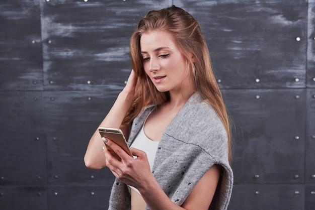 Jovem fêmea usando telefone celular