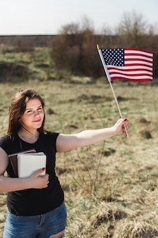 Jovem, femininas, atrasando, bandeira americana