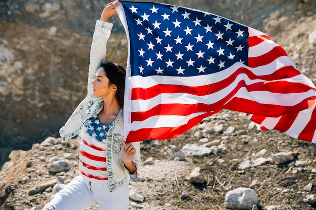 Jovem, femininas, com, bandeira americana, olhando