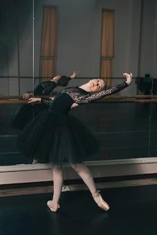 Jovem, femininas, dançarino, de, clássicas, balé, praticar, em, a, dança, estúdio