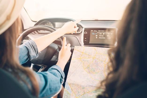 Jovem, femininas, dirigindo, car, com, mapa