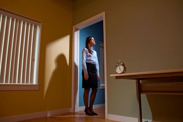 Jovem, femininas, trabalhador escritório, ficar, em, um, entrada, despertador, em, a, primeiro plano