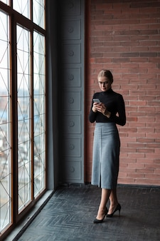 Jovem, femininas, usando telefone