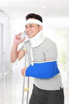 Jovem ferido falando ao telefone