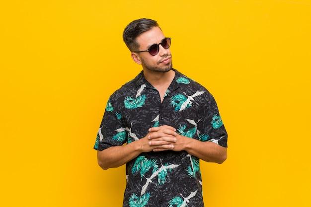 Jovem filipino vestindo roupas de verão, inventando o plano em mente, criando uma idéia.