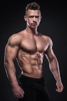Jovem fisiculturista mostrando seus músculos