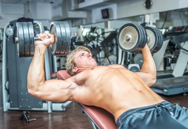 Jovem fisiculturista treinando duro