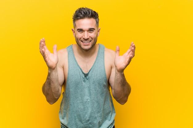 Jovem fitness homem alegre rindo muito. conceito de felicidade.