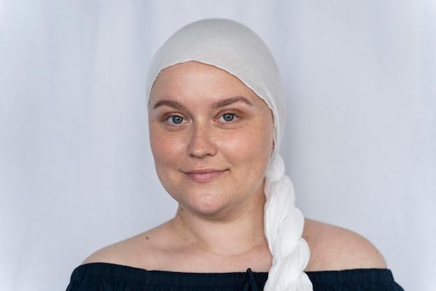 Jovem forte lutando contra o câncer de mama