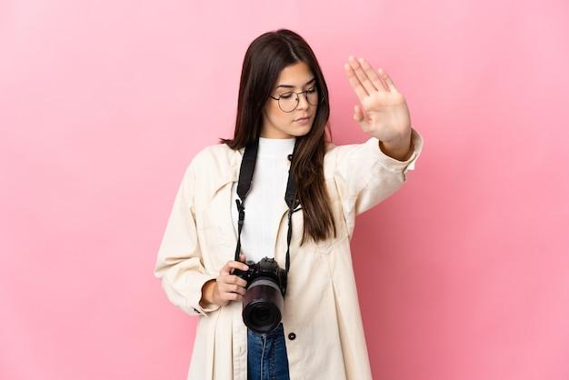 Jovem fotógrafa brasileira isolada