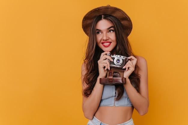 Jovem fotógrafa fascinante se divertindo depois da sessão de fotos