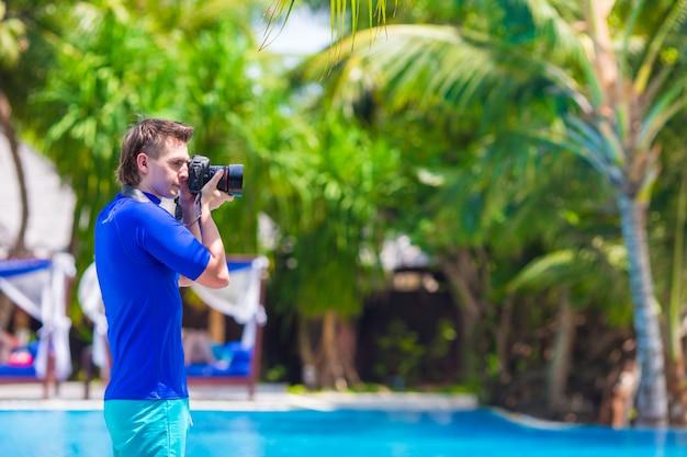 Jovem fotografando paisagem em uma ilha tropical