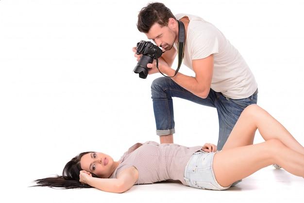 Jovem, fotografar, modelo, mentindo, chão
