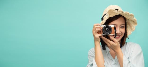 Jovem fotógrafo asiático tirando uma foto para o conceito de viagens.