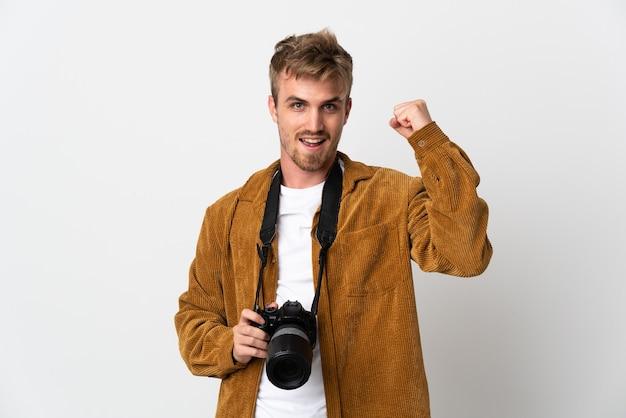 Jovem fotógrafo loiro isolado comemorando uma vitória