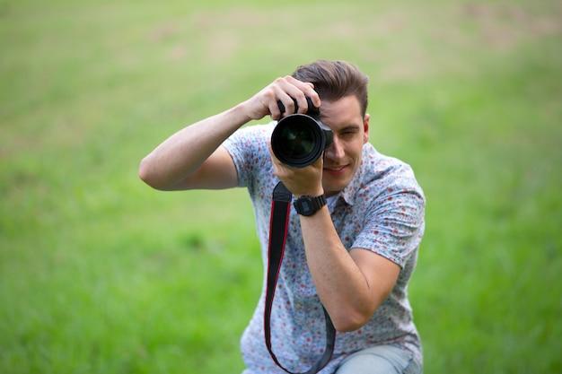 Jovem fotógrafo segurando uma câmera