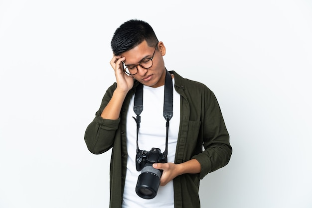 Jovem fotógrafo sobre fundo isolado