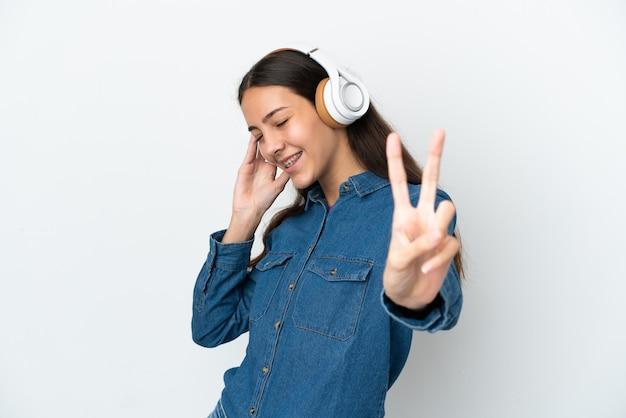 Jovem francesa isolada em um fundo branco ouvindo música e cantando