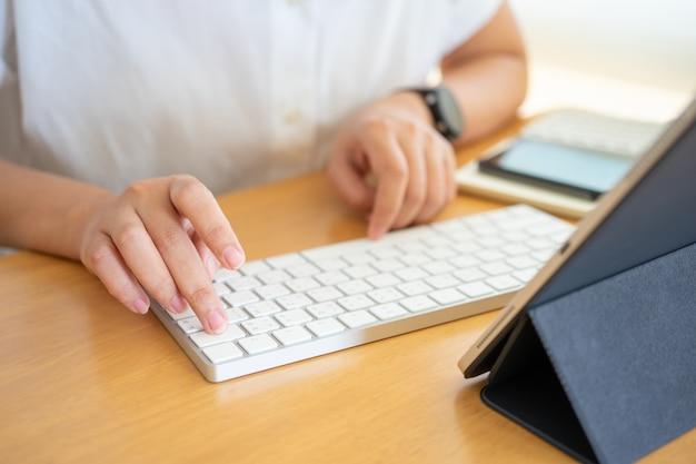 Jovem freelancer ou empresário trabalhando em casa, escritório e digitando no teclado