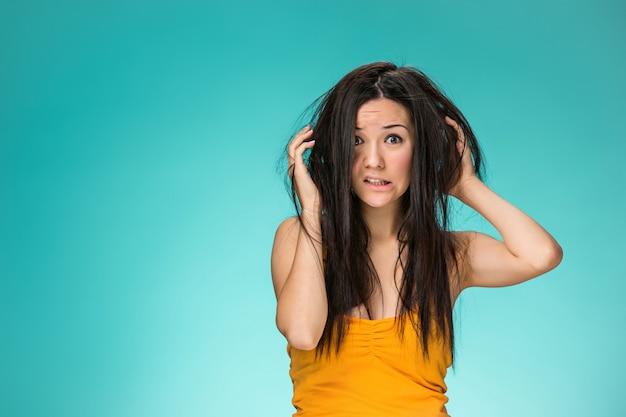 Jovem frustrada, com um cabelo ruim