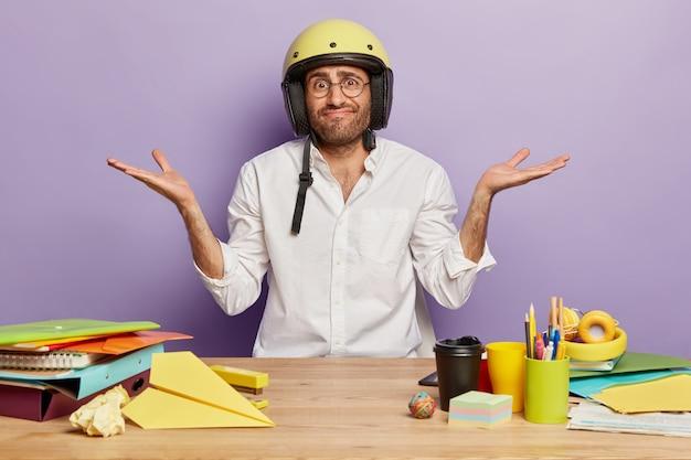 Jovem funcionário sentado à mesa do escritório
