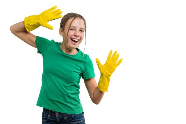 Jovem garota alegre sorridente em luvas de borracha amarela de proteção