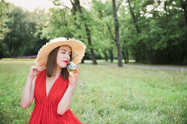 Jovem garota atraente em um piquenique em um parque da cidade.