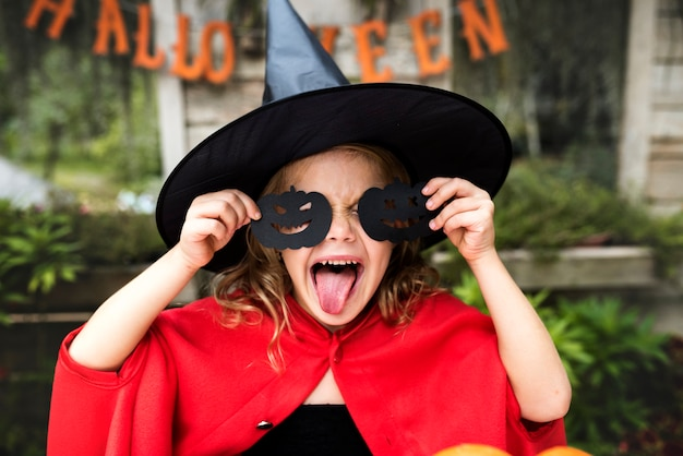 Jovem garota brincalhão, desfrutando de halloween