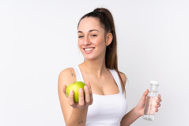 Jovem garota caucasiana com maçã sobre isolar a parede