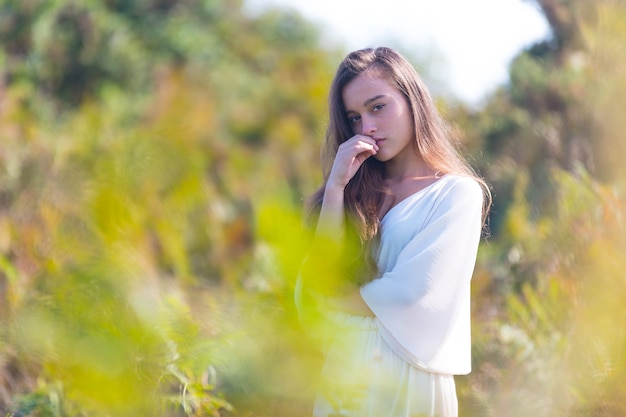 Jovem garota caucasiana na montanha em um dia ensolarado.