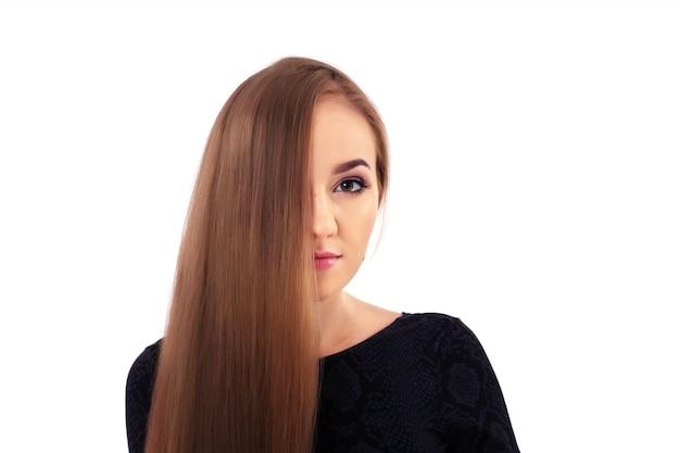 Jovem garota com cabelo liso.