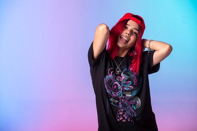 Jovem garota com cabelos rosa e boné vermelho.