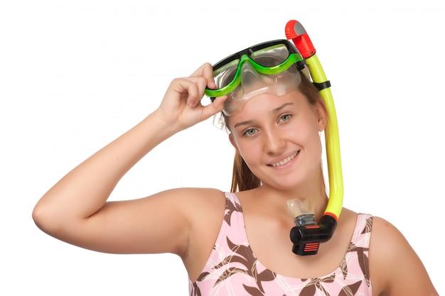 Jovem garota com uma máscara para mergulho isolado no branco