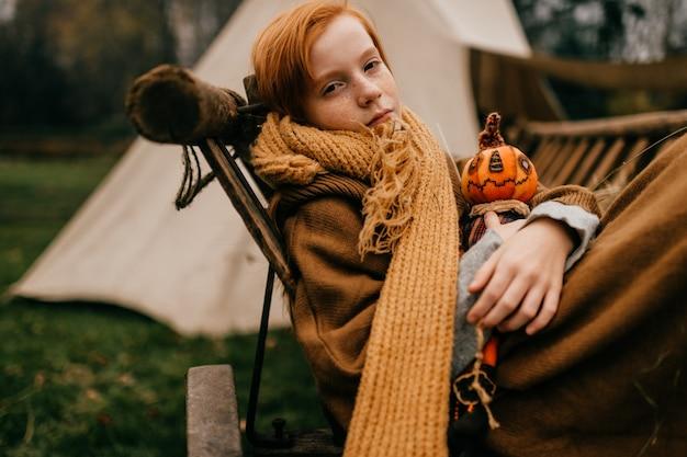 Jovem garota deitada em uma vila de carrocinha