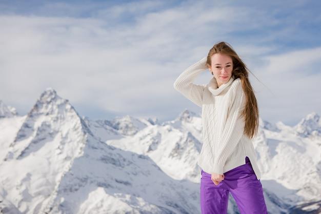Jovem garota em uma paisagem de inverno