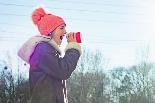 Jovem garota gritando no megafone