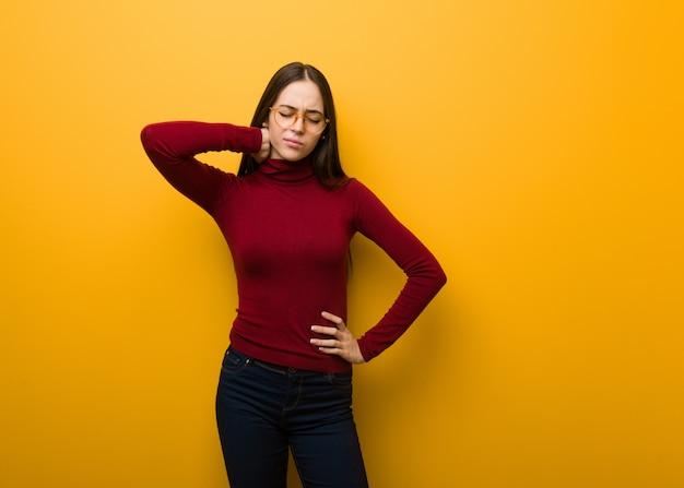 Jovem garota intelectual, sofrendo de dor no pescoço