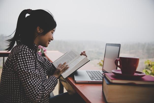 Jovem garota no café, livro, leitura, café